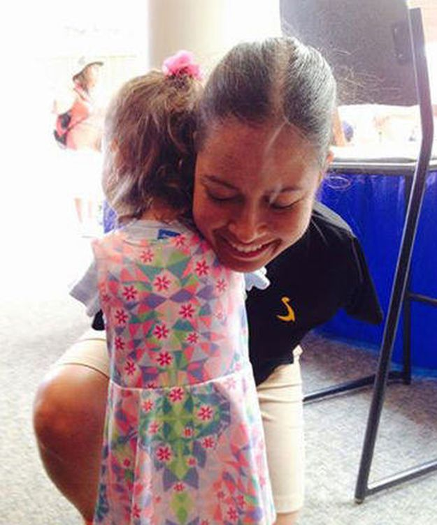 Foto: Este es el abrazo que han protagonizado Jessica Cox y la pequeña Ruth. (Facebook)