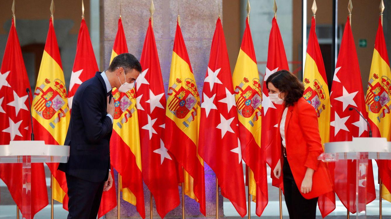 Sánchez se arriesga en el empeño de frenar a Ayuso durante la campaña más extraña