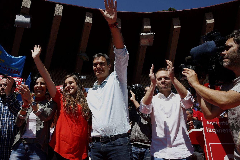 Foto: Pedro Sánchez, flanqueado por los militantes Encarni Pámpanas, Isabel Franco y Plácido Vázquez, en el cierre de campaña en Madrid, en el parque de Berlín. (EFE)