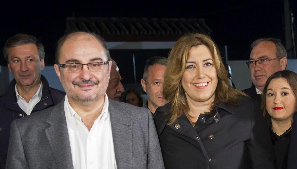 Foto: Los presidentes de Aragón y Andalucía, Javier Lambán y Susana Díaz, y la líder del PSOE sevillano, Verónica Pérez, este 9 de diciembre en Umbrete. (EFE)
