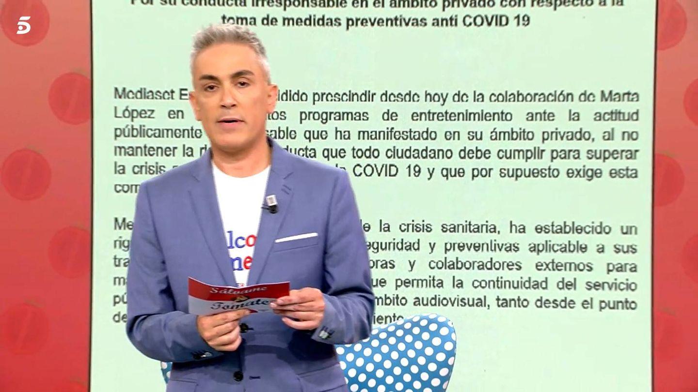 Kiko Hernández, leyendo el comunicado del grupo. (Mediaset)