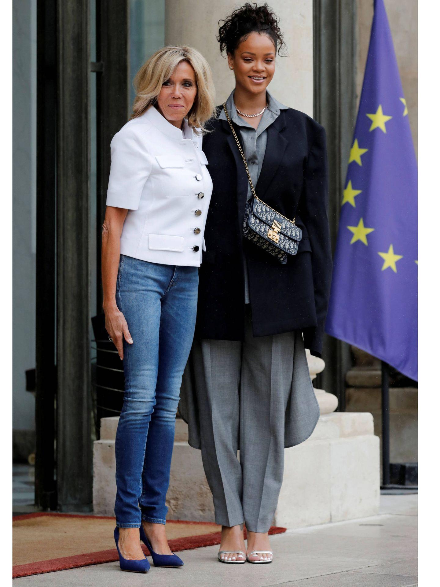Rihanna y Brigitte Macron. (Reuters)