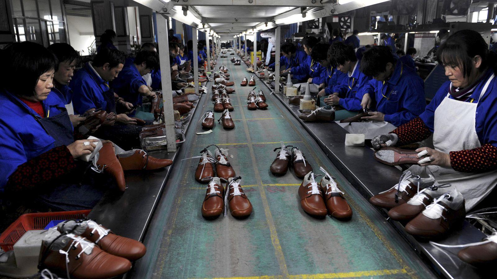 Foto: Empleados de una fábrica de zapatos en Lishui, en la provincia china de Zhejiang, el 24 de enero de 2013 (Reuters).