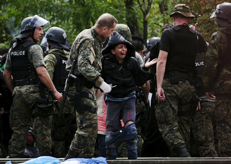 Foto: Una niña siria llora tras los enfrentamientos con la policía cerca de Gevgelija, en la frontera de Macedonia, el 22 de agosto de 2015 (Reuters).