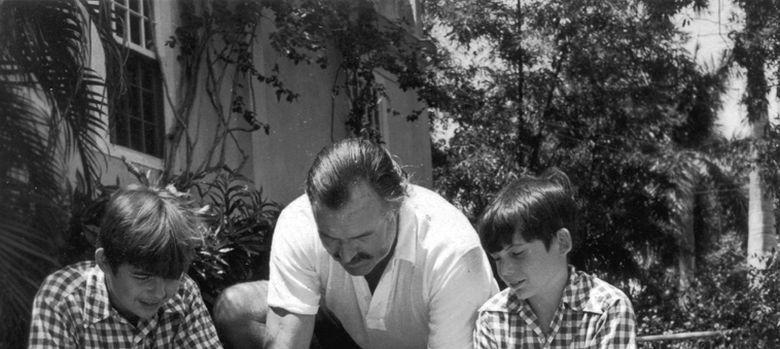 Foto: Ernest Hemingway con sus hijos Patrick y Gregory, en Finca Vigia, Cuba. (Ernest Hemingway Photograph Collection)