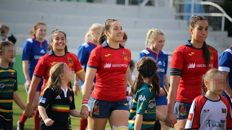 Las jugadoras de la Selección española salen al campo llevando a niñas de la mano. (Foto: Noah Alirangues | Toque Fem)
