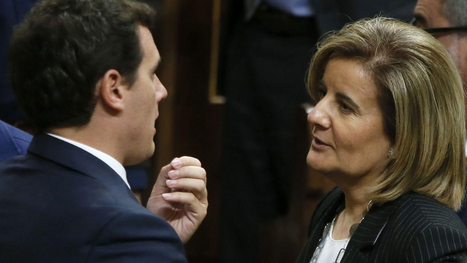 Foto: Albert Rivera dialoga con Fátima Báñez en el Congreso de los Diputados. (EFE)