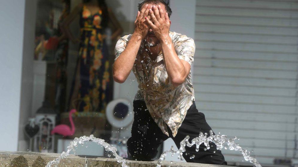Foto: Un hombre se refresca en una fuente en Córdoba. (EFE)