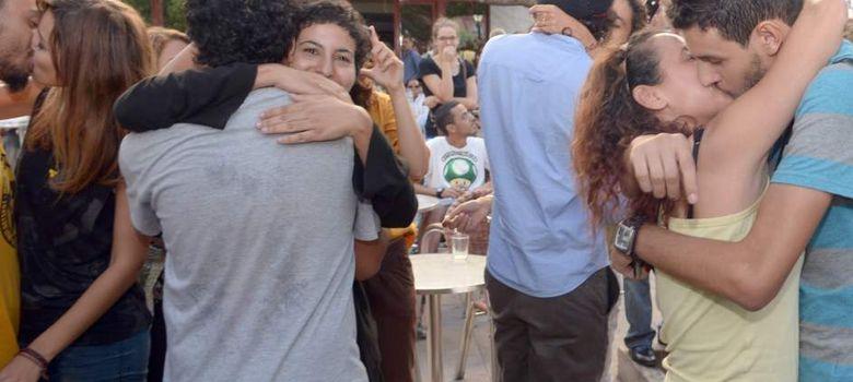 Foto: Jóvenes marroquíes se besan en Rabat para protestar por la detención de una pareja (Efe).
