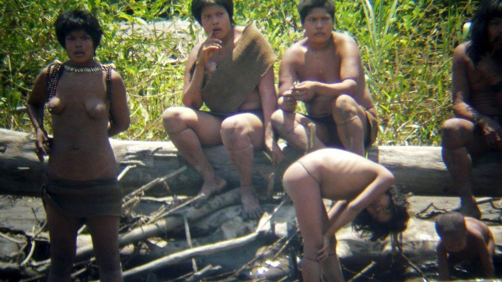 Foto: Miembros de los Mashco Piro, uno de los últimos grupos indígenas amazónicos sin contacto. (Reuters)