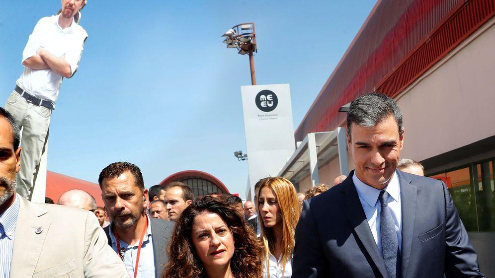 Foto: El presidente del Gobierno en funciones y secretario general del PSOE, a su salida tras la presentación del acuerdo programático. (EFE)