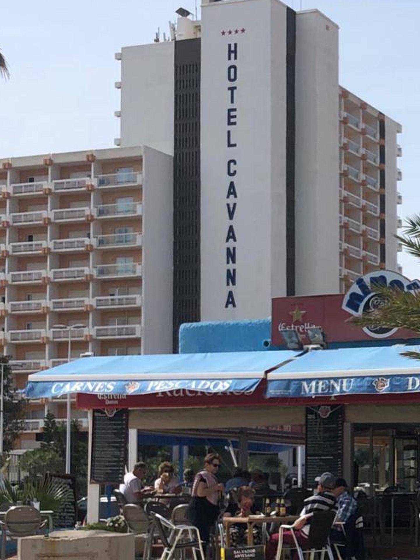 Hotel Cavanna de fondo y una terraza repleta de clientes, en La Manga. (Foto: Lucía Meca)