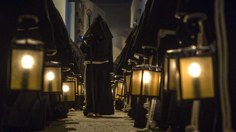 Penitentes de la Cofradía del Perdón durante una procesión en Almería (Reuters).