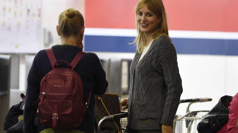 Foto: Alba Carrillo junto a su madre en el aeropuerto de Madrid