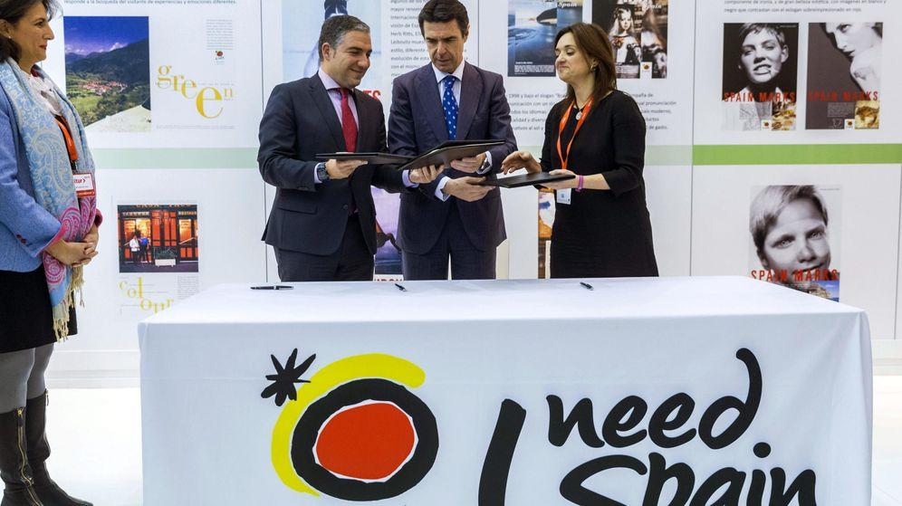 Foto: Margarita del Cid (d), junto al exministro de Industria, Energía y Turismo José Manuel Soria, en Fitur 2015. (EFE)