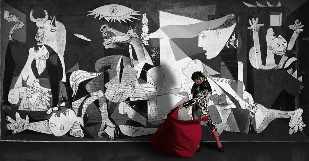 Foto: Fotograma del corto de la artista mexicana Denise de la Rue. El 'Guernica' es uno de los símbolos constitucionales de España. (EFE)