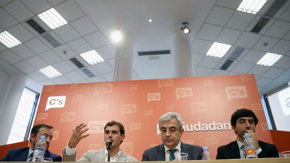 Foto: El presidente de Ciudadanos, Albert Rivera, junto al responsable económico del partido, Luis Garicano. (EFE)