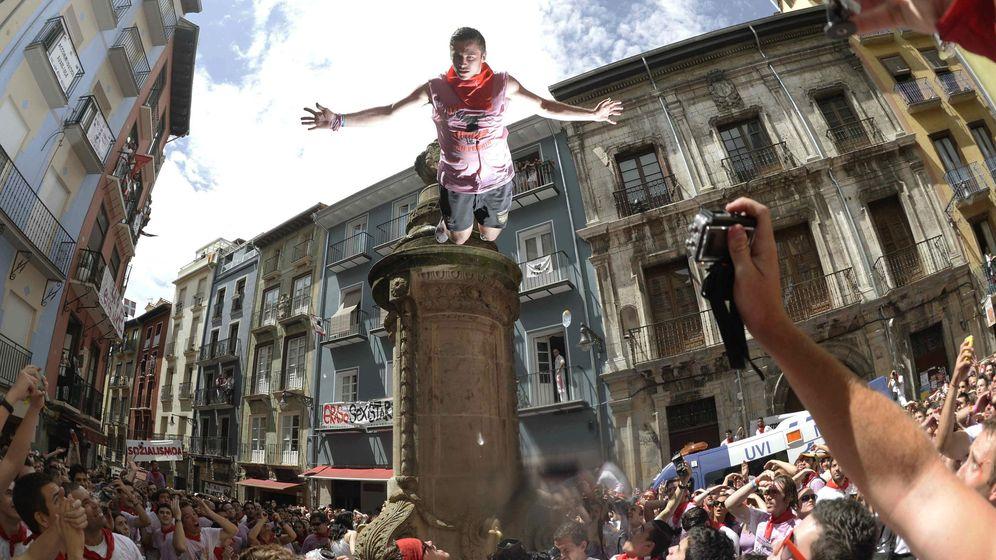 Foto: Los controles para evitar que se salte de Navarrería son cada vez mayores. (Efe/Daniel Fernández)