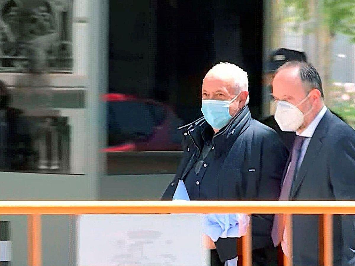 Foto: Salida de la Audiencia Nacional de José Luis Moreno tras declarar, ayer. (EFE)