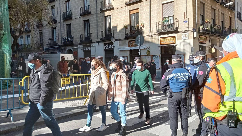 Agentes de la Policía Municipal de Madrid controlan la entrada a la plaza de Cascorro. (AR)