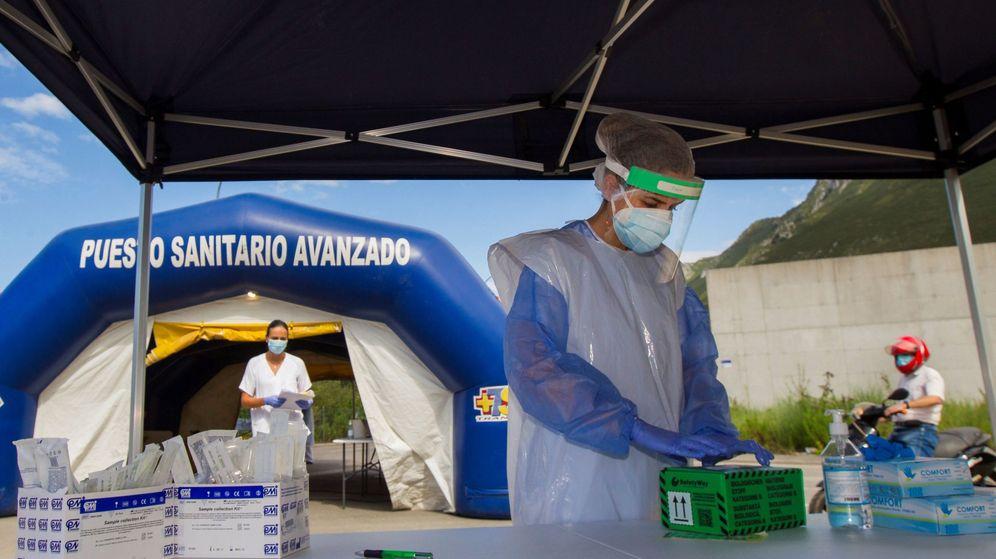 Foto: Miembros de los servicios de salud realizan pruebas PCR en Asturias. (EFE)