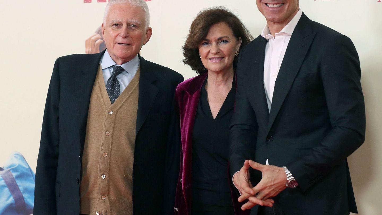 Paolo Vasile, con la ministra Carmen Calvo y Jesús Vázquez, el pasado martes, en el estreno de 'Adú'.