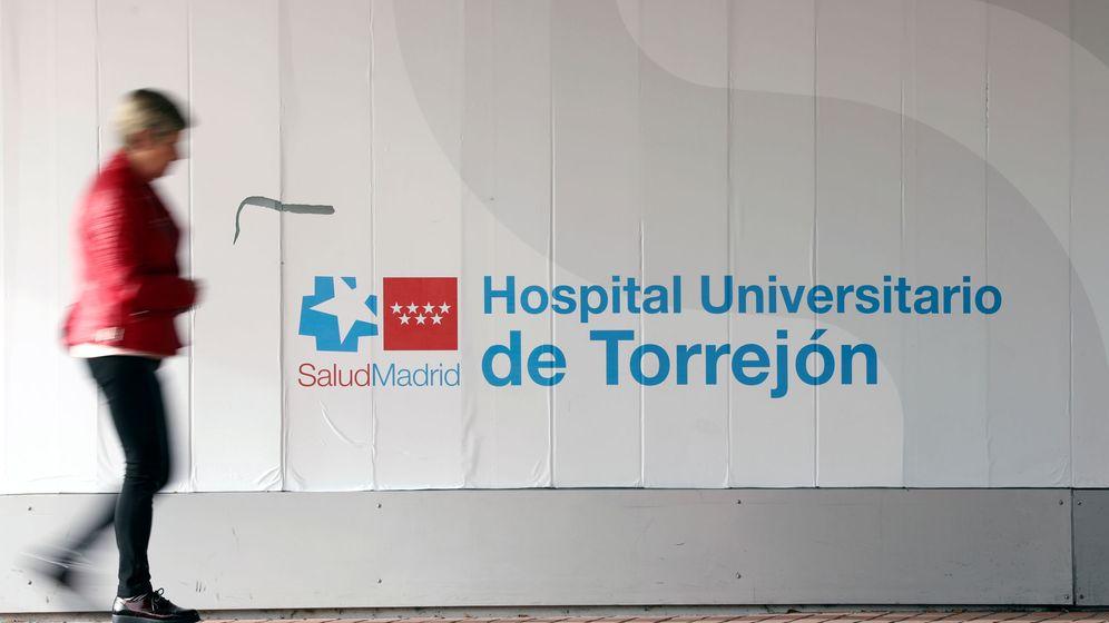 Foto: Una mujer pasa frente al Hospital de Torrejón, donde se han registrado casos de coronavirus. (Reuters)