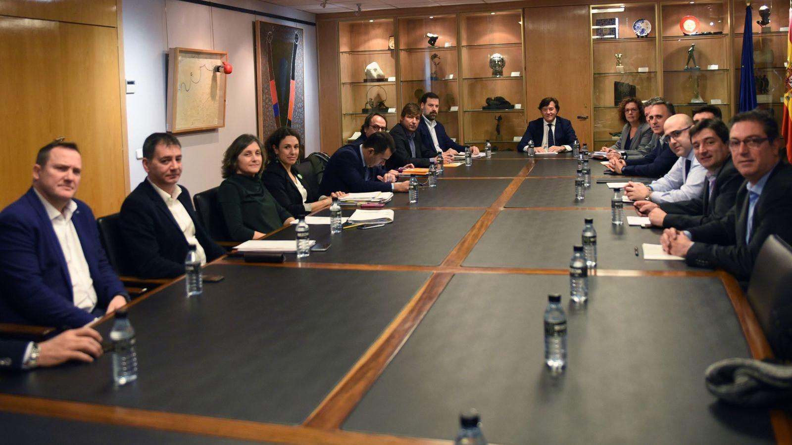 Foto: La última reunión entre la ACB y el sindicato. (EFE)