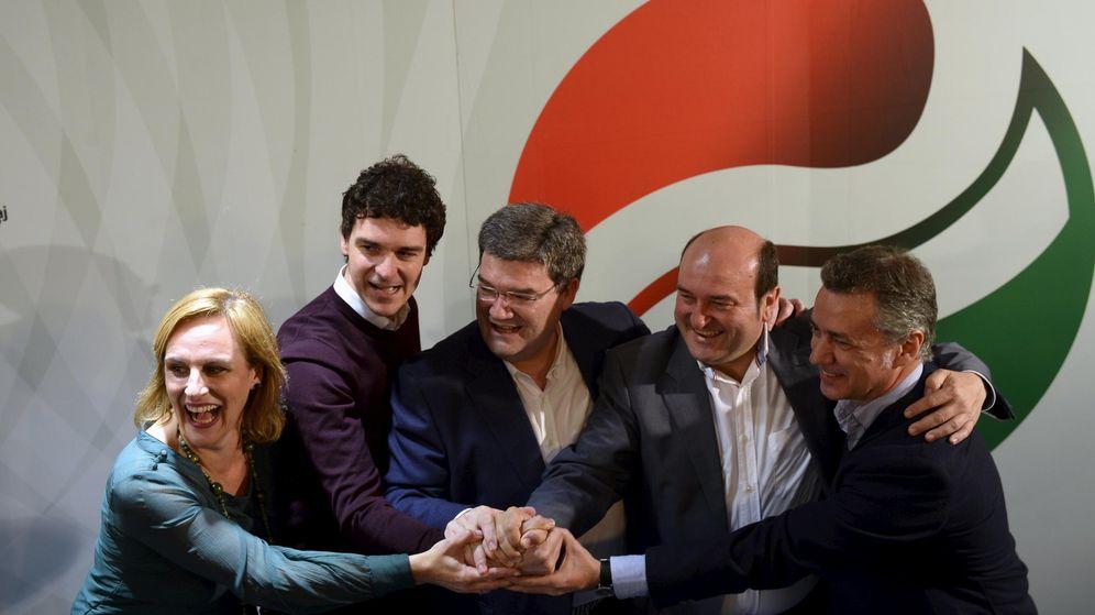 Foto: Atutxa, Rementeria, Aburto, Ortuzar y Urkullo celebran los resultados de las elecciones en Bilbao (Reuters)
