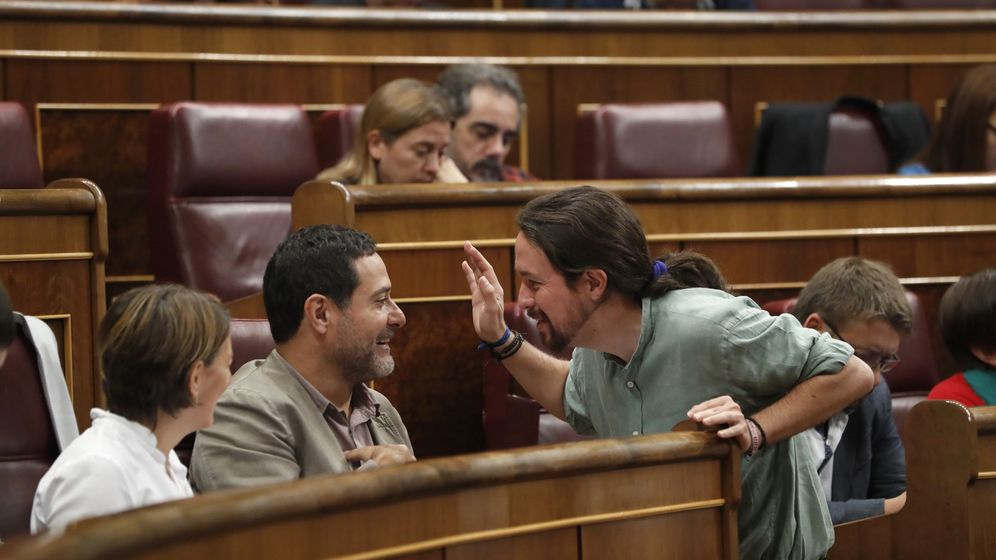 Foto: El líder de Unidos Podemos, Pablo Iglesias (d), conversa con el diputado de En Comú Podem Josep Vendrell (2i). (EFE)