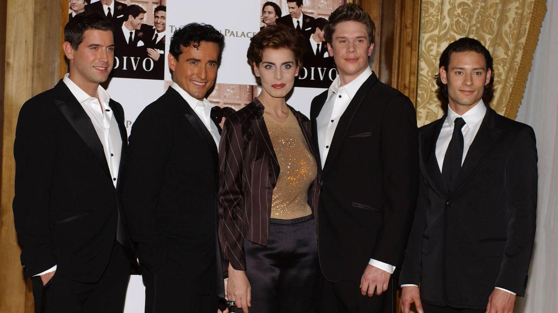 Antonia Dell'Atte posa con los miembros de Il Divo. (Getty)