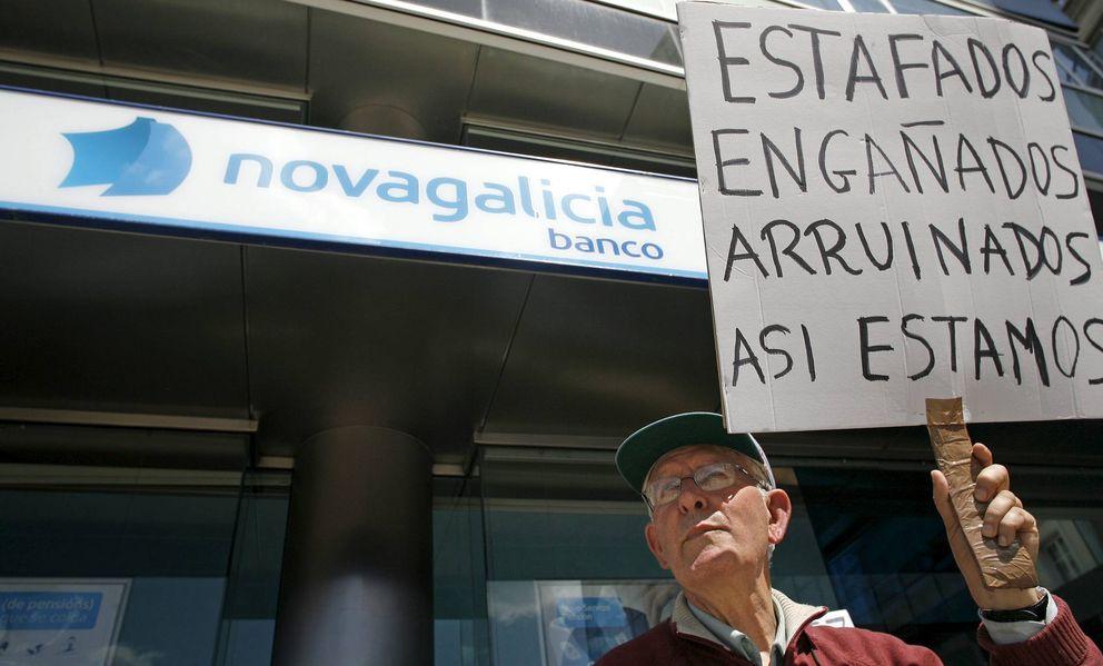 Un hombre sostiene una pancarta durante una concentración de preferentistas.