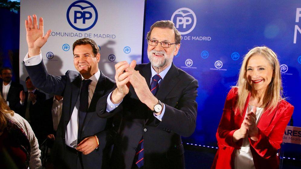 Foto: El alcalde de Las Rozas, José de la Uz (a la izquierda), con Mariano Rajoy y Cristina Cifuentes.