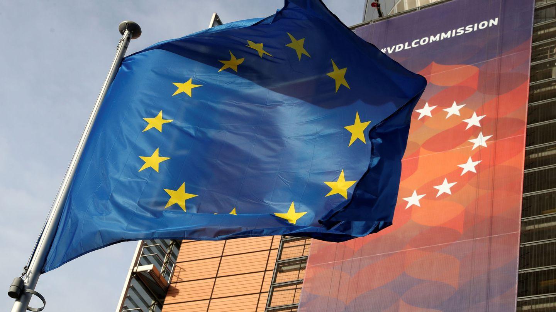 Una bandera europea frente a la Comisión Europea en Bruselas. (Reuters)