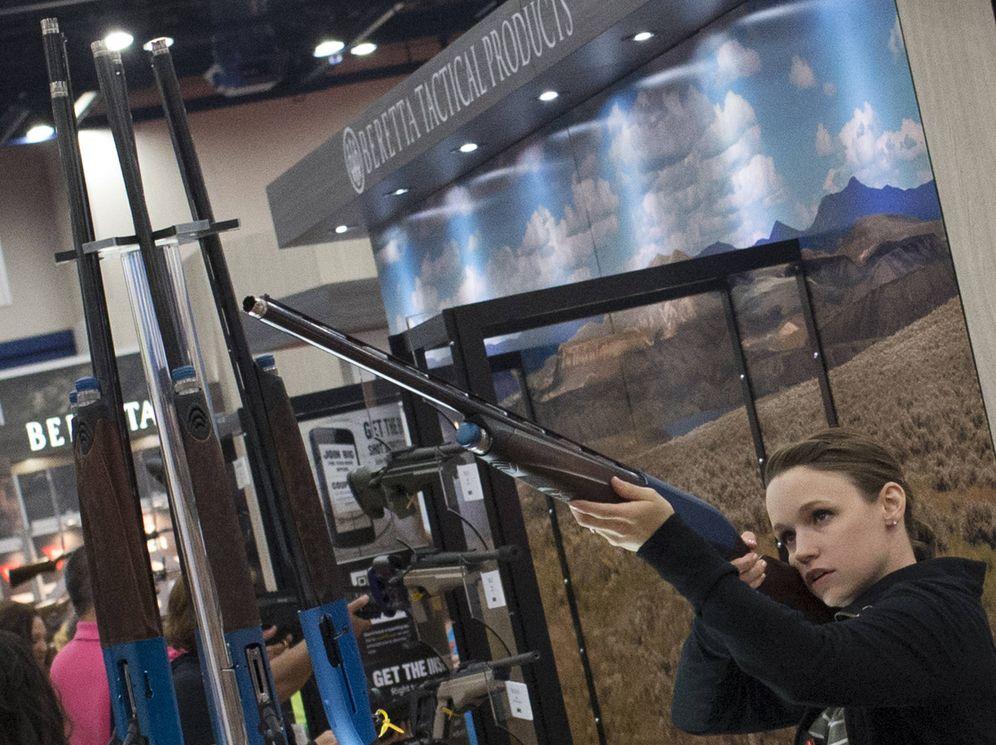Foto: Una mujer empuña un rifle durante una exhibición de armamento en el encuentro anual de la Asociación Nacional del Rifle, en Houston, en mayo de 2013. (Reuters)