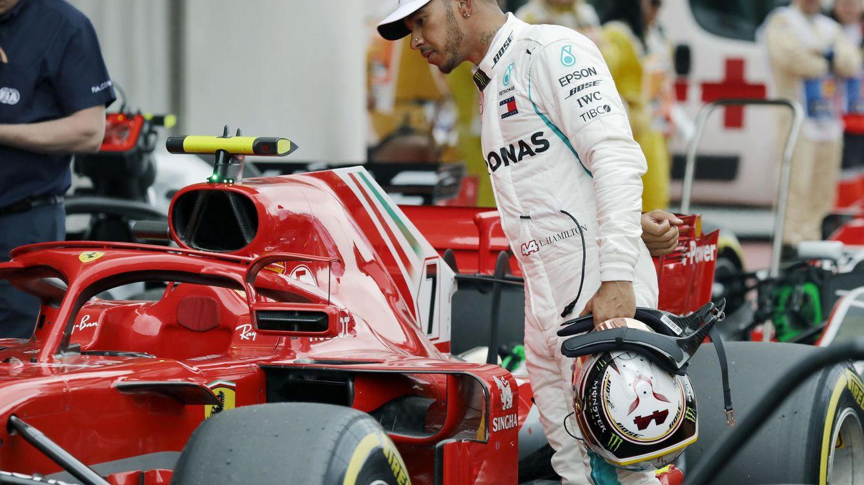 Foto: Lewis Hamilton observa un Ferrari en una sesión de entrenamiento. (EFE)