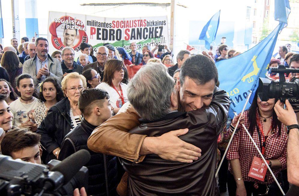 Foto: Pedro Sánchez saluda a los militantes y simpatizantes socialistas a su llegada al acto de Basauri, Bizkaia, el pasado 7 de abril. (EFE)