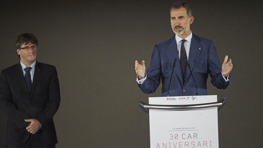 Foto: Fotografía de archivo del rey Felipe VI y el presidente de la Generalitat, Carles Puigdemont. (EFE)