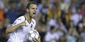 Foto: El Valencia se agarra a un mágico Alves para empatar ante el Chelsea y seguir vivo en Europa