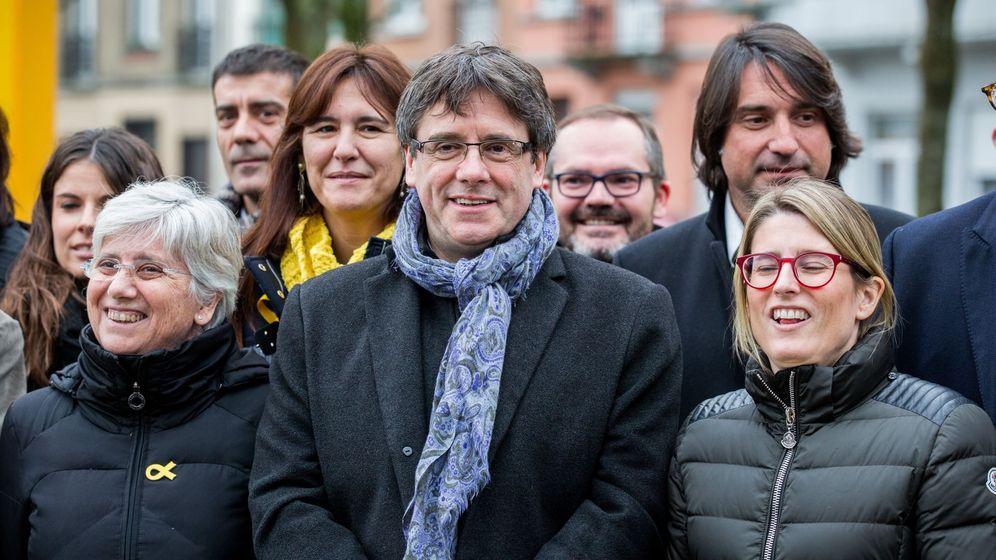 Foto: Puigdemont en Bruselas con una delegación de 25 diputados de JxCAT. (EFE)