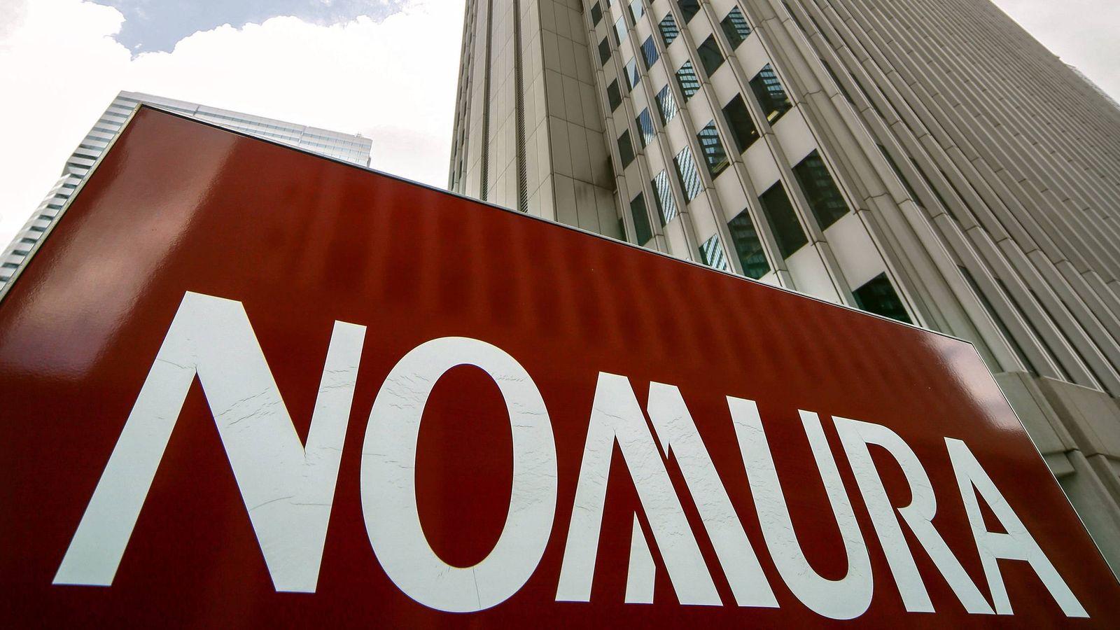 Foto: Logo del holding Nomura frente al edificio de la compañia Shinjuku en Tokio, Japón