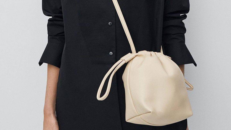 El bolso de piel de Massimo Dutti. (Cortesía)
