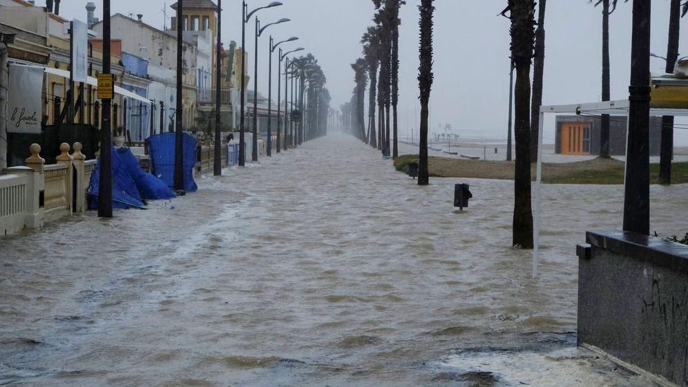 Foto: La playa de la Patacona de Valencia y el paseo marítimo, rebasados por la línea de mar. (EFE)