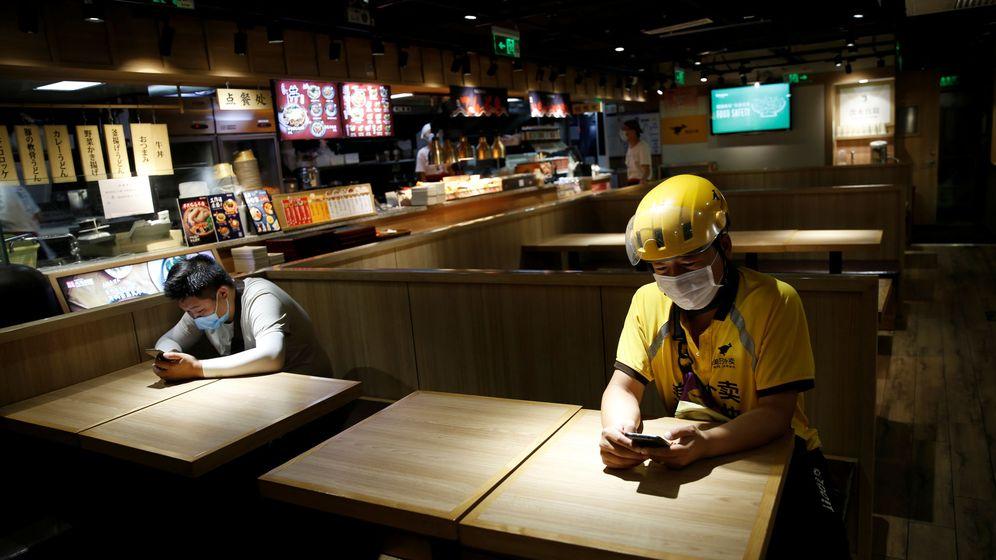Foto: Dos hombres sentados en un restaurante. (Reuters)