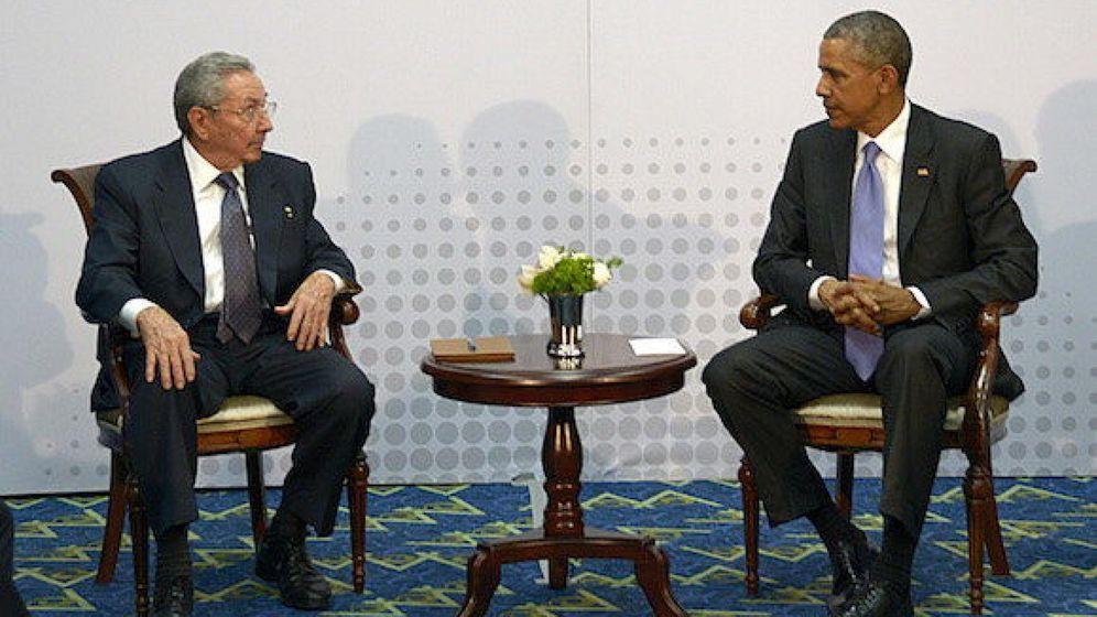 Foto: El presidente de Cuba, Raúl Castro, conversando con su homólogo de EEUU, Barack Obama, el pasado mes de abril en la VII Cumbre de jefes de Estado y de Gobierno de las Américas. (Efe)