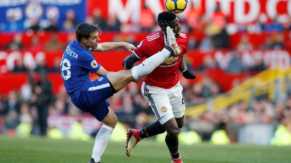 Foto: Pogba y Azpilicueta luchan por un balón en el último Manchester United-Chelsea. (Reuters)