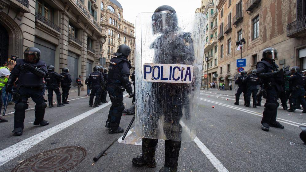 Foto: Un agente antidisturbios, en la Vía Laietana de Barcelona el pasado 18 de octubre, durante las manifestaciones tras la sentencia del 'procés'. (EFE)