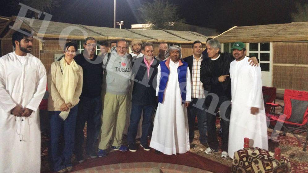 Foto: Juan Luis Cebrián, abrazado a Antonio Navalón, ante la mirada de Massoud Zandi, a la derecha. (EC)