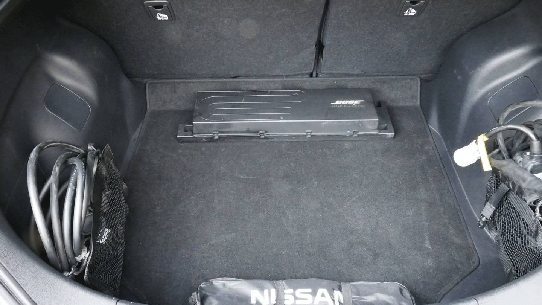 E maletero es algo justo para su tamaño, 385 litros y hay que llevar los cables sujetos en los laterales.