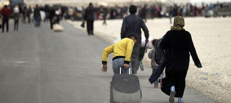 Foto: Una familia llega al campo de refugiados de guerra en la localidad fronteriza con Siria de Zaatary, Jordania. (EFE)